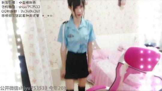 伪娘诗雨:警官强迫人家穿女生的制服,好羞耻的舞蹈 嘤嘤嘤~