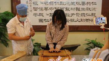 """1669年,同仁堂在北京创立。此后的300多年里,同仁堂恪守着""""炮制虽繁必不敢省人工,品味虽贵必不敢减物力""""的乐氏家族祖训,同仁堂中医药文化、传统中药材炮制技艺、安宫牛黄丸制作技艺相继被列入国家级非物质文化遗产名录。。"""