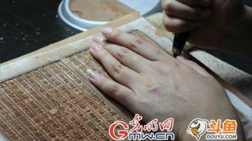 """它是印刷史上的""""活化石"""",也是唯一一个没有区域限制影响遍布全国的文化形态,它有一个古老且厚重的名字——雕版印刷。2009年,以扬州为代表的""""中国雕版印刷技艺""""被联合国教科文组织列入""""人类非物质文化遗产代表作""""名录。"""