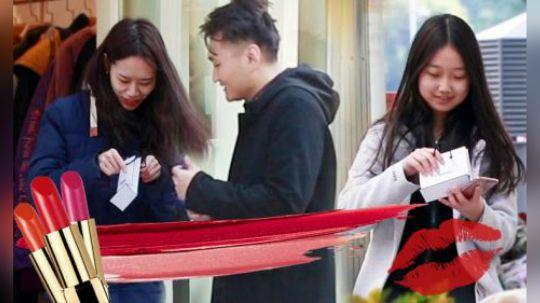 当年轻男生街头寻找陌生女孩帮忙挑选口红时,会有人帮助他吗?在这个寒冷的冬天,他们的行为却让我们感受到了温暖和惊喜,一起来看吧!