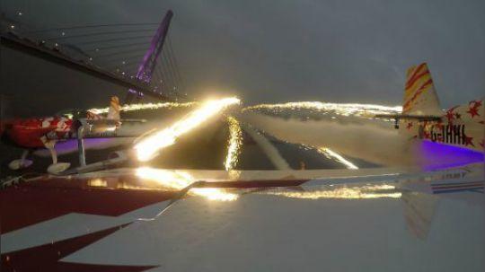 飞行员将火药安装在机翼上完成夜空焰火飞行表演,划过天际美爆了