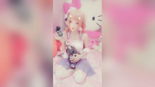 真人芭比娃娃弹吉他,领走玩去吧。。(#^.^#)