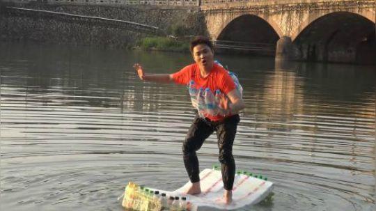 500个塑料瓶做的大木筏,下水之后,可把小伙玩开心啦