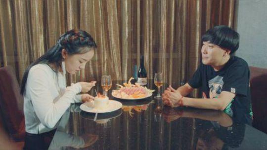 陈翔六点半:吃个蛋糕还能吃出钻石,现在的卖家这么大方的吗?