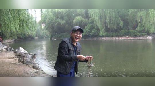 用强磁到公园的河里面打捞,捞出一个发光的手电筒,小伙高兴坏了