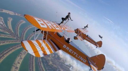 全球最勇敢女孩举中国国旗,千米高空挑战机翼行走!