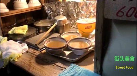 日本街头夜宵摊的老爷爷煮拉面,谦卑的服务态度让人反思